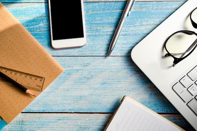 メガネとオフィスでノートブックとペン