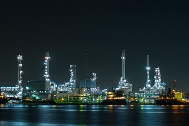 夜間に船舶を運んでいる発電所