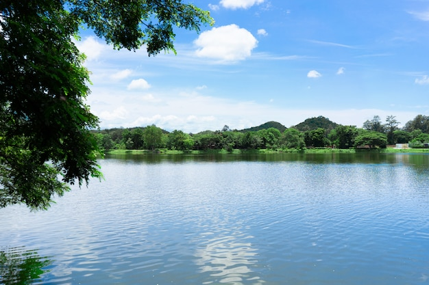 青い空と湖のある山。