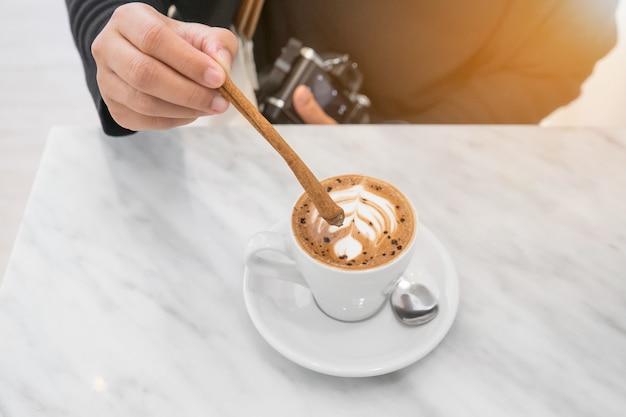 カフェで休憩のためのホットコーヒー