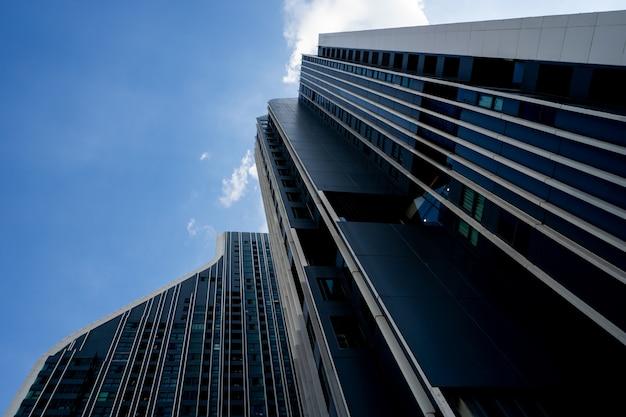 青い空とモダンな建物
