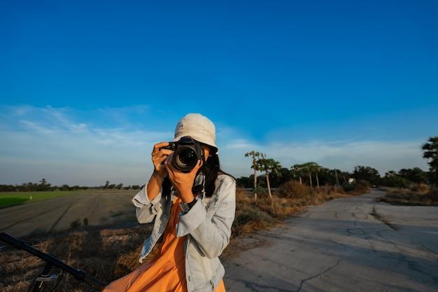 Путешественник принимая фото цифровой камерой.