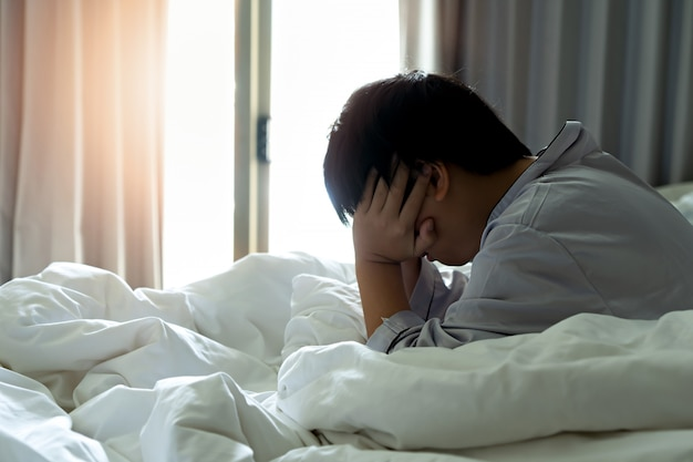 小さな男の子は朝に頭痛を感じます