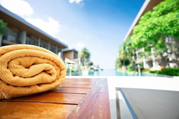 プールで折り畳まれた黄色のタオル