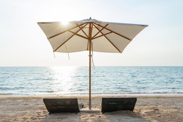 Постель бассейна на пляже у моря для летнего отдыха