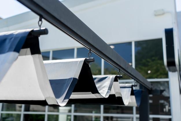 庭で日光を保護するための屋根の格納式オーニング