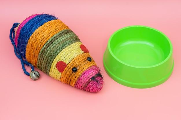 プラスチック製のボウルと猫のおもちゃ。ペットアクセサリーコンセプト