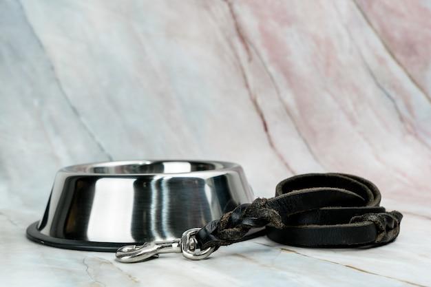 犬または猫用のひも付きボウル。ペットアクセサリーのコンセプトです。