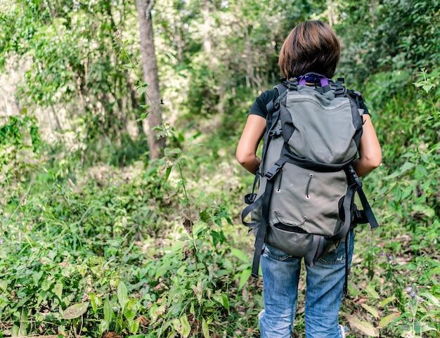 森でハイキング女性バックパッカー