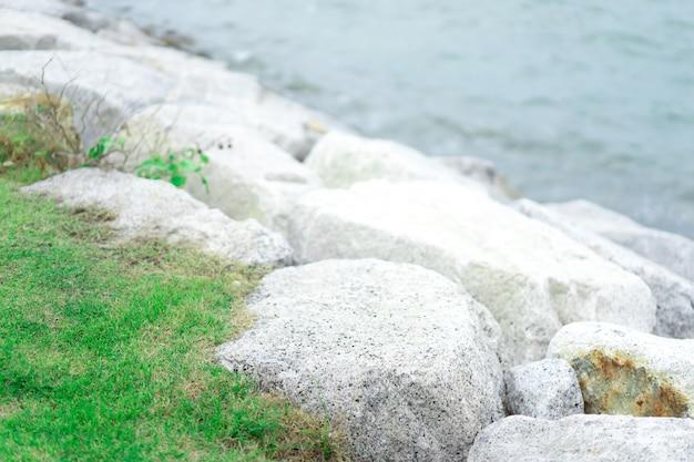 Каменная стена или каменная стена для защиты волн выключателя на море.
