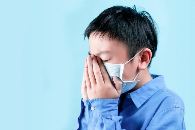 Маленький мальчик в здоровых масках для защиты от вирусов