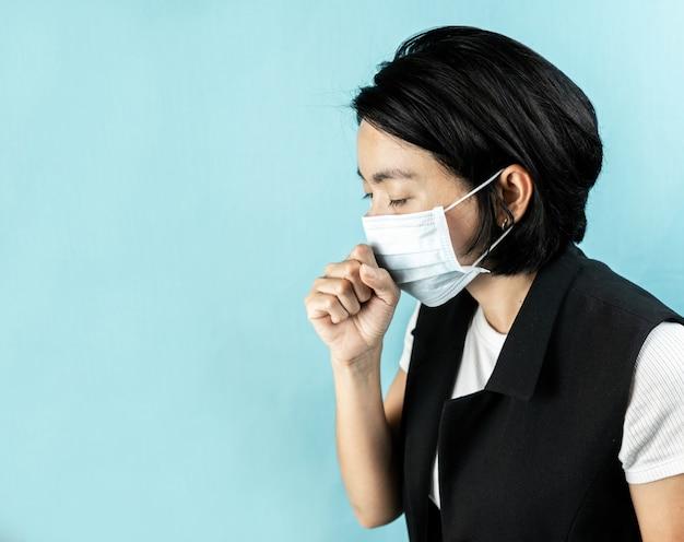 Женщина чувствует себя больной и носить маски для здоровья