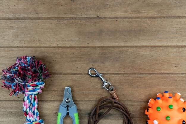 Поводки для домашних животных на деревянном столе. концепция аксессуаров для животных