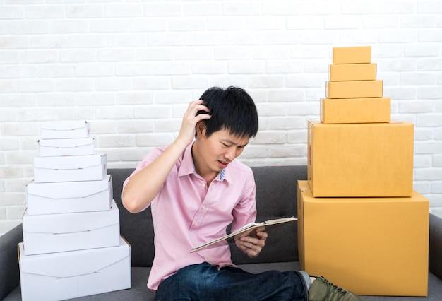 Азиатский мужчина подчеркнул бизнес мсп онлайн