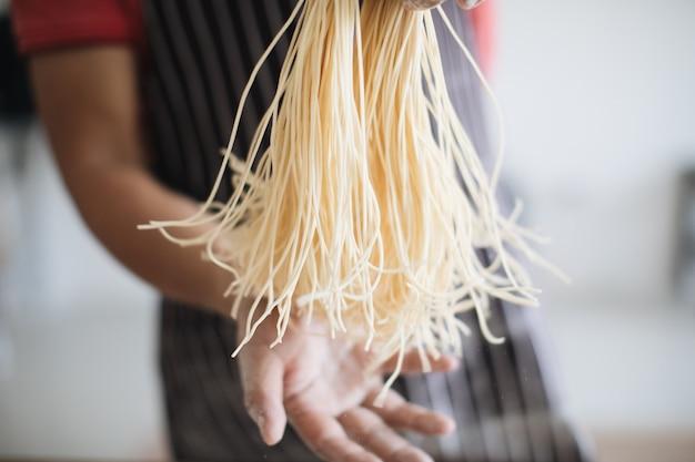 木の手作り麺を作る