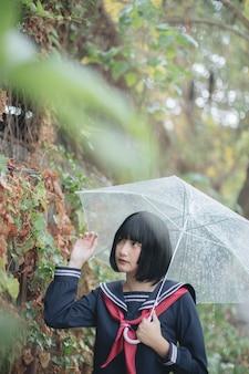 アジアの学校の女の子が歩いての肖像画