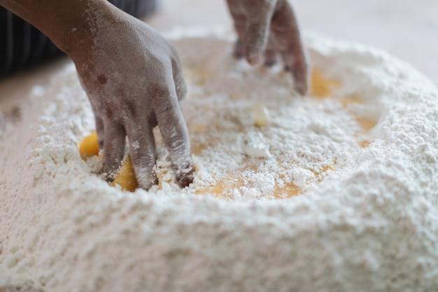 Изготовление лапши ручной работы по дереву