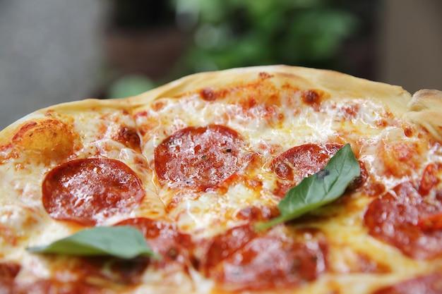 木材の背景にペパロニピザ