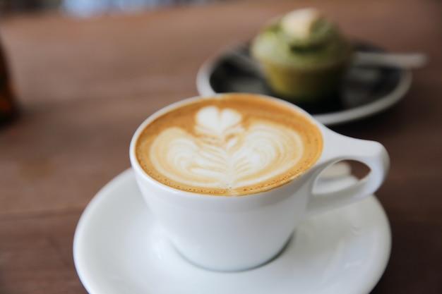 カプチーノコーヒーの木製の背景