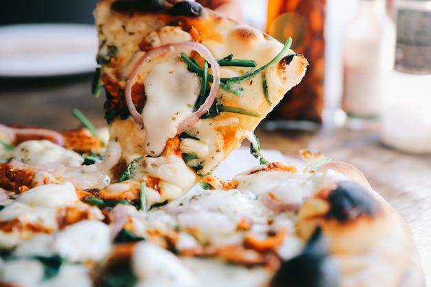 タンドリーチキンピザ、木製テーブル