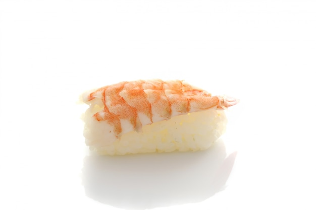 白い背景で隔離のエビ寿司