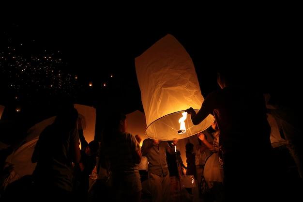 Тайские люди плавают фонарь.