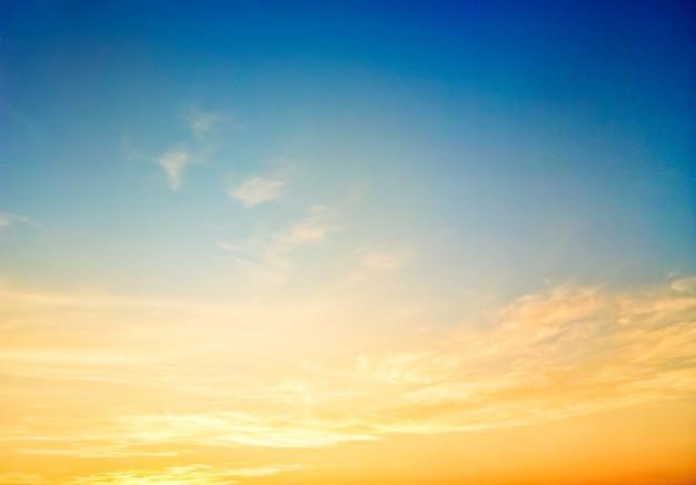 夕暮れ時、カラフルなシーン、素晴らしい自然風景画像の空の美しい夕日を背景