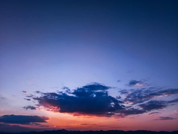 夕暮れ時の空の美しい夕日を背景、カラフルなシーン、素晴らしい自然の風景画像