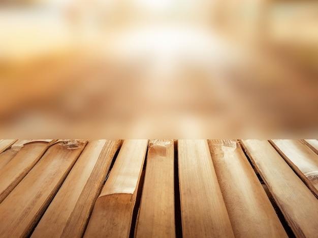 ディスプレイ製品またはモンタージュのコピースペースを持つ美しい暖かい背景をぼかした写真の空の竹