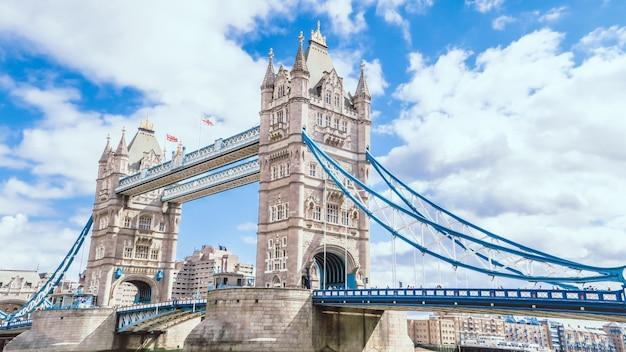 Башенный мост в лондоне с голубым небом и облачным