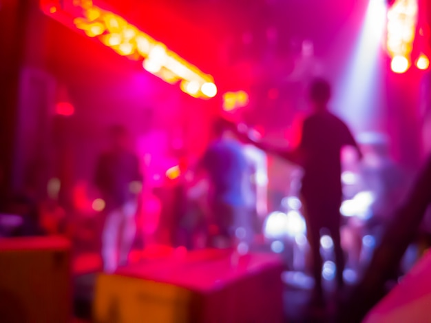 ナイトクラブでのコンサートの背景をぼかした写真