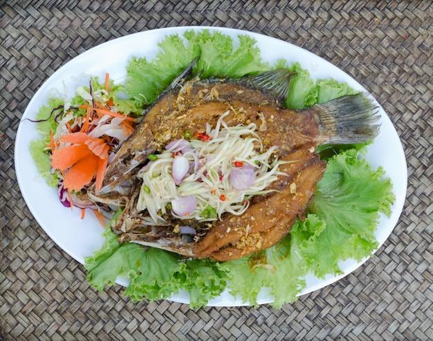 マンゴーサラダで揚げたティラピアの魚