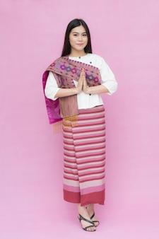 肖像画、アジア、若い、女の子、伝統的なタイ、ドレス、祈る、ピンク、背景