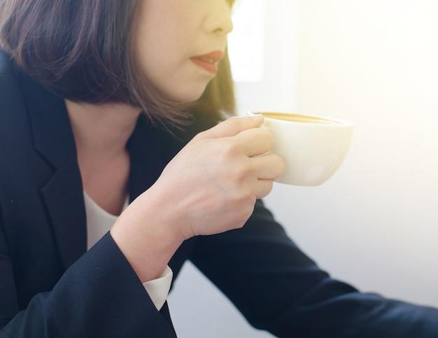 Изображение размыты абстрактного фона азиатской женщины пьют кофе в кафе