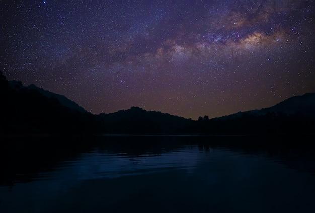 アジアの貯水池の上空を横切って天の川