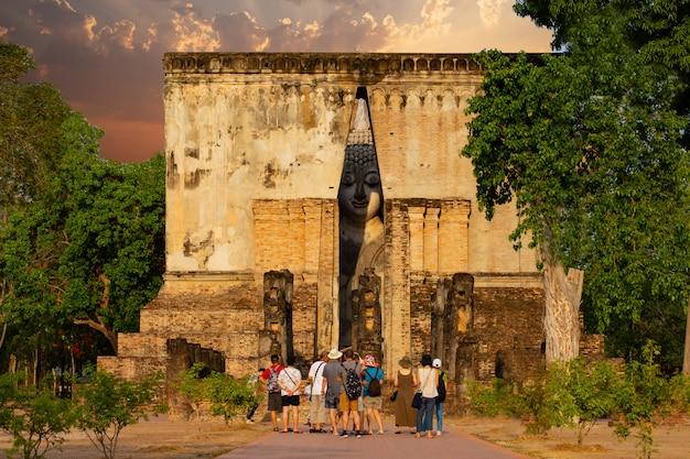 古代仏像(プラ・アチャナワットシーチュム)シーチュム寺院、スコータイ歴史公園、タイ