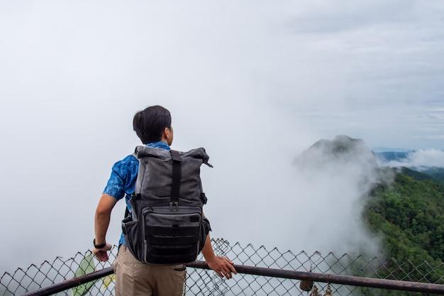 アジアタイの山の後ろから男性旅行者。
