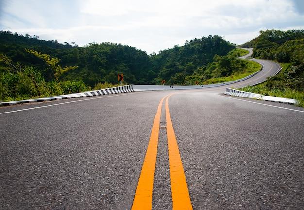 Красивая дорога горы со стороны, провинция нан, таиланд