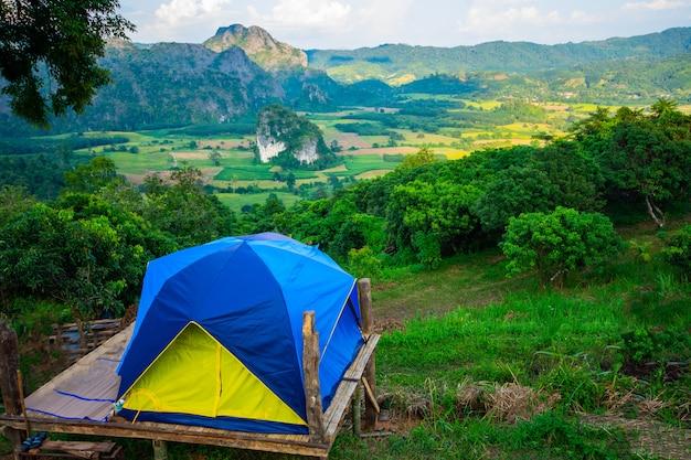 テントとキャンプの風景プーランカ国立公園、霧の山の風景と日の出、タイパヤオ県