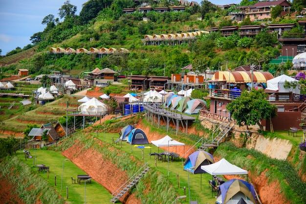 Прекрасный вид на белые палатки с понедельника варенье горный пейзаж и курорты на рассвете в первой половине дня.