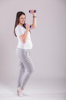 運動をしている妊婦