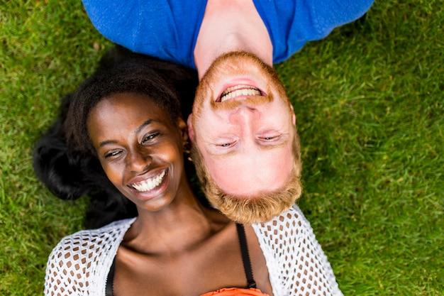 Многорасовая пара в парке