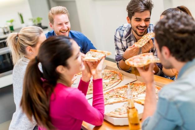 ピザを食べる友人