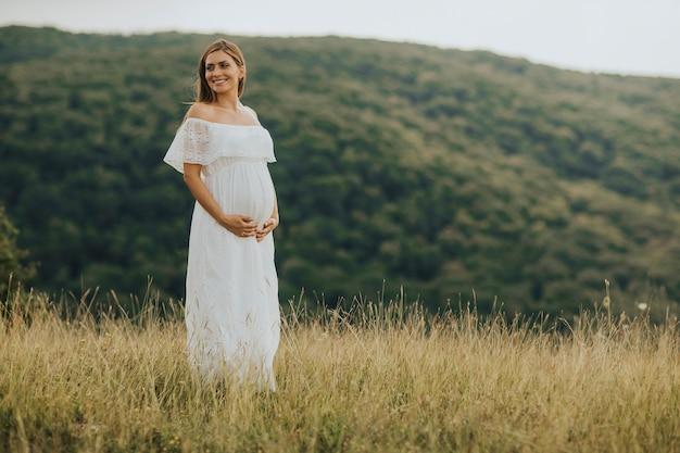 若い、妊娠中の女性、外、自然、リラックス