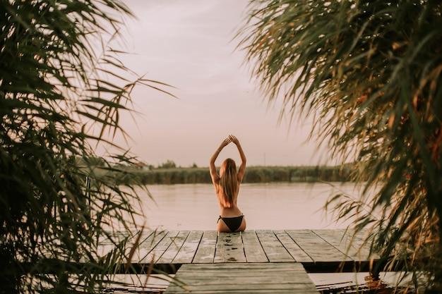 川で桟橋でビキニの若い女性
