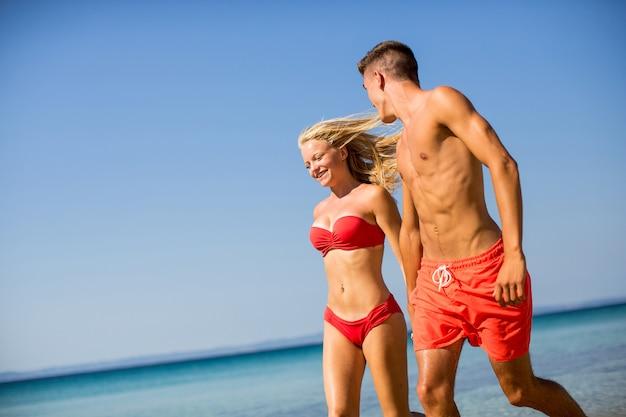ビーチでリラックスしている若いカップル