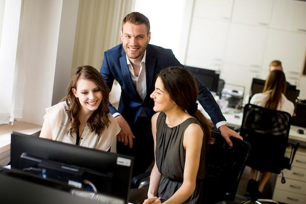 近代的なオフィスの若者たち