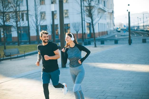 朝に走っている若いカップル