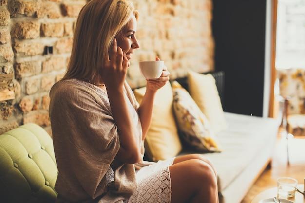 カフェの若いブロンドの女性