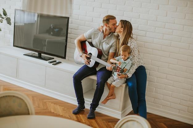 ギターを持つ幸せな家族